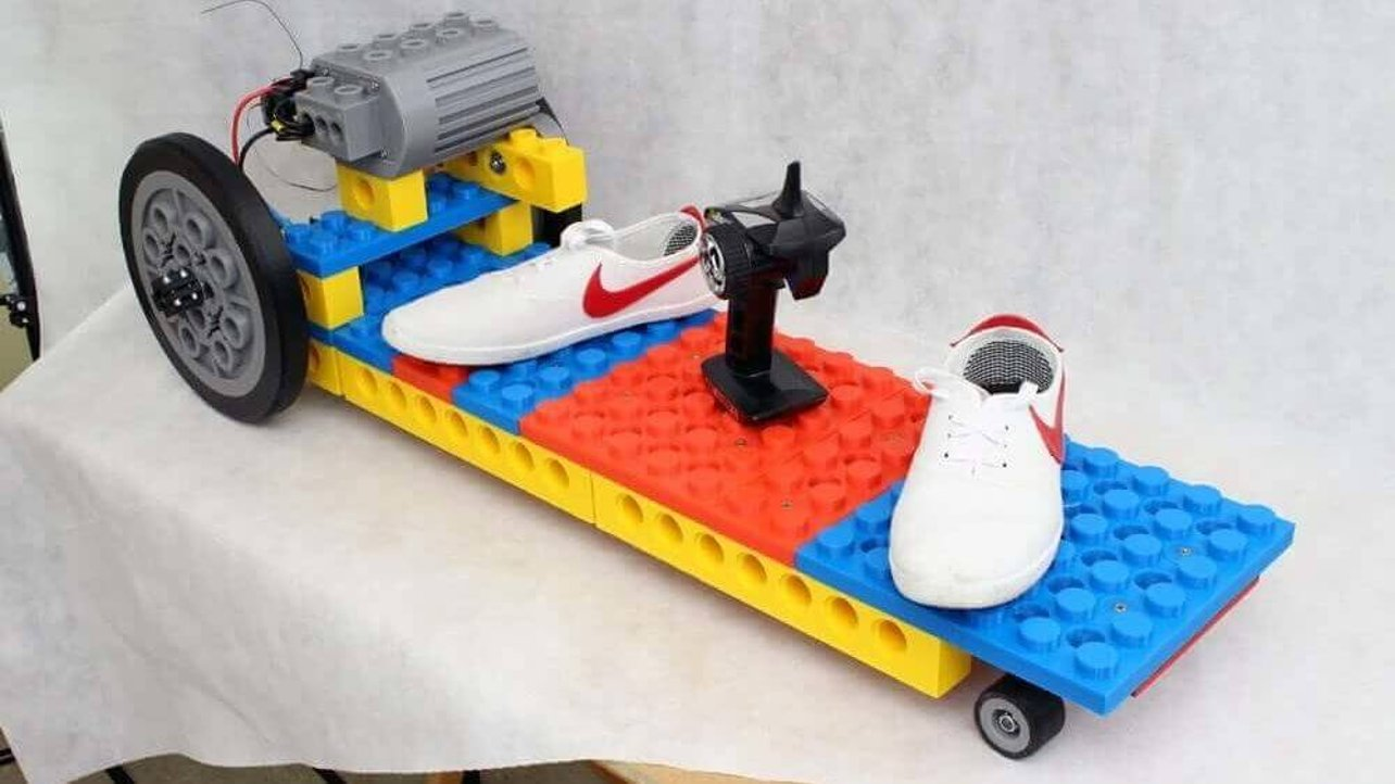 """Featured image of Maker Creates Gigantic 3D Printed """"LEGO"""" Electric Skateboard"""