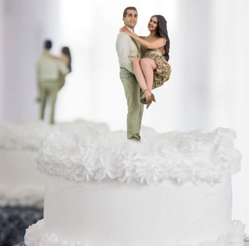 A 3D selfie of a couple used as a wedding cake topper