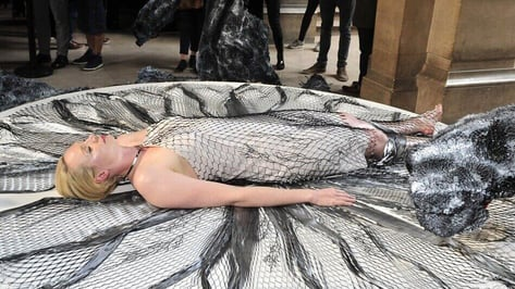 Featured image of Game of Thrones Actress lies Prone for 3D Printed Dress