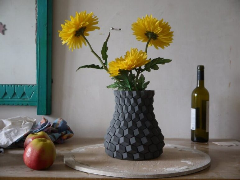 Image of 3D Printing Ideas – 40 Easy Home Decor Things to 3D Print: Curved Honeycomb Vase