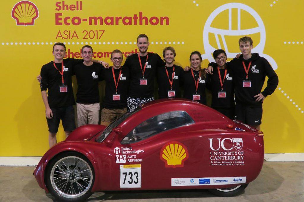 El equipo EnduroKiwis con su galardonado vehículo en la Eco-maratón Shell de 2017