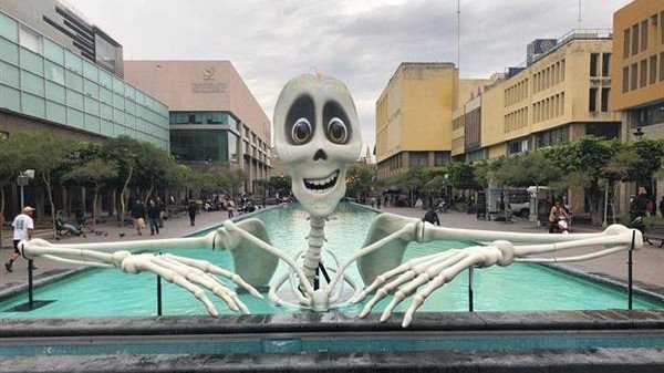 Featured image of 12-Foot-Tall Skeleton 3D Printed for Mexican Festival of Lights in Guadalajara