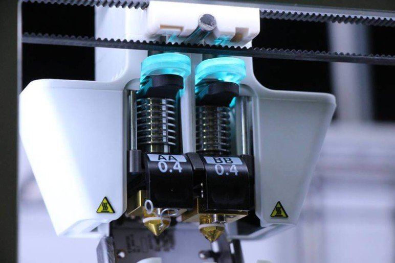 Dual extruders of an Ultimaker 3.