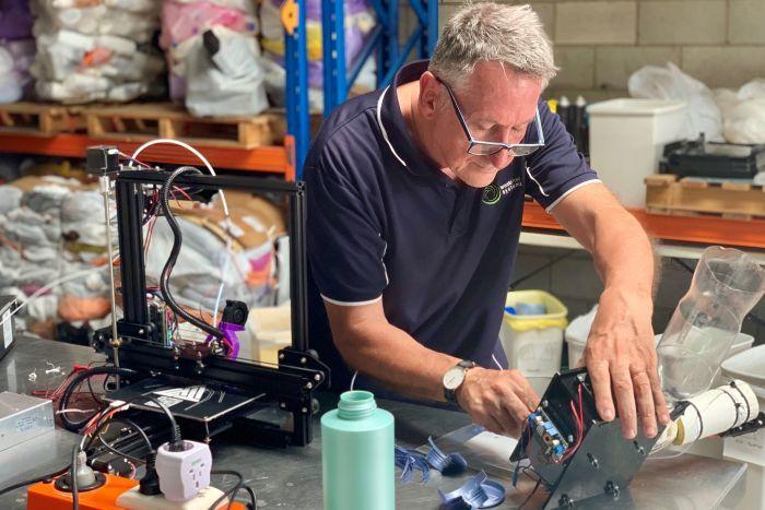 Bernie Craven, montando una prótesis con piezas impresas en 3D.